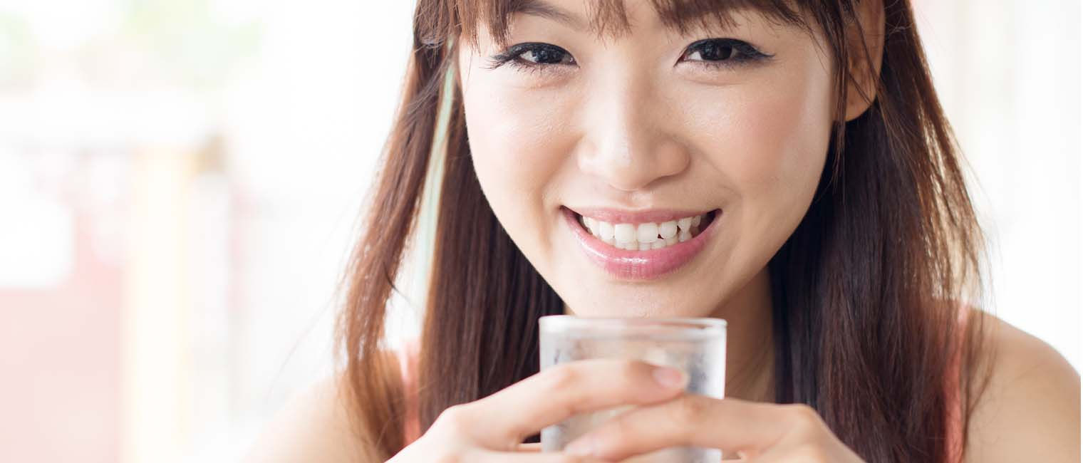 drink plenty of water while travelling helps hydrate your skin