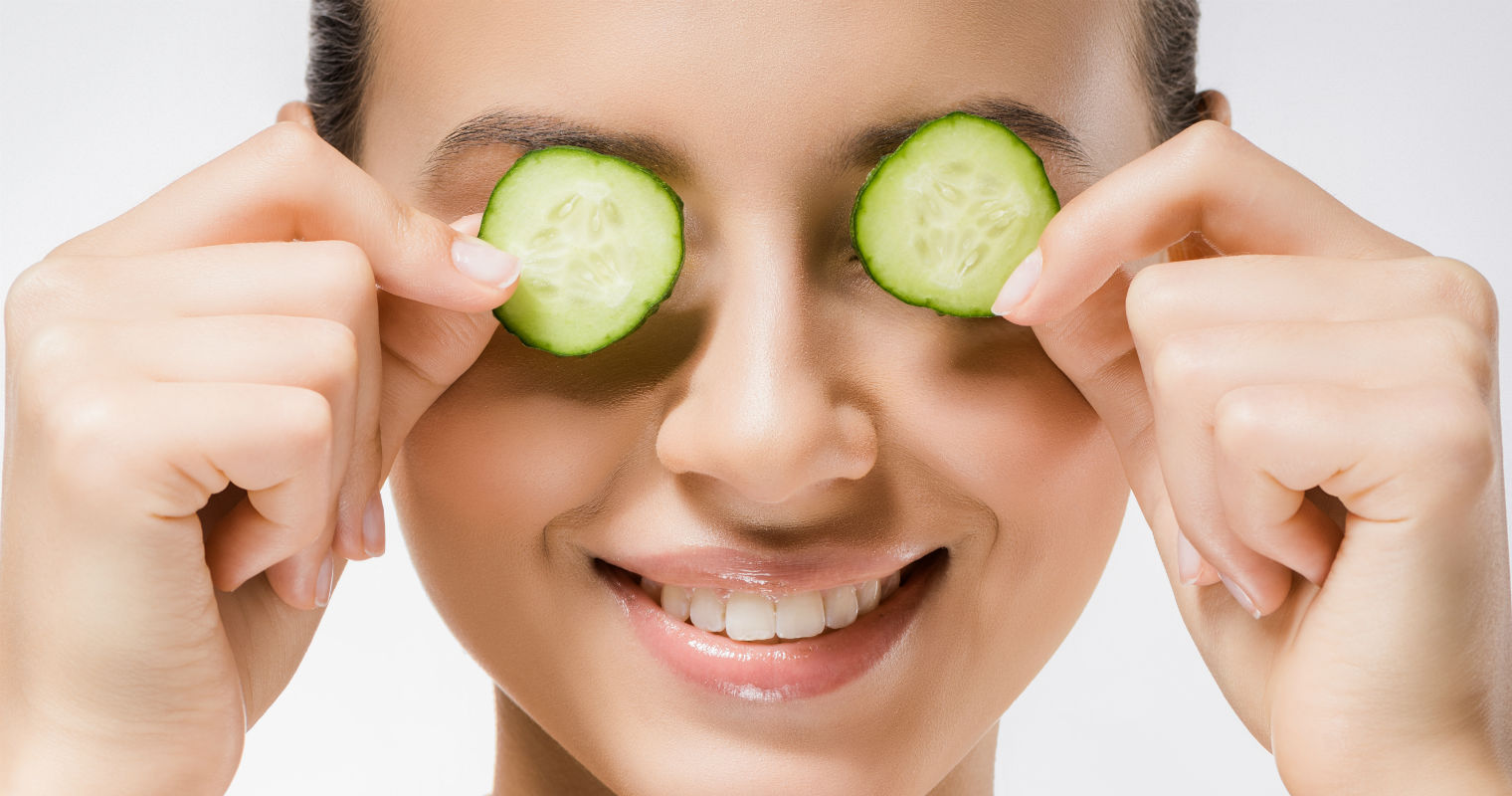 Cooling effects ofcucumber slices help reduce eye bags effectively.
